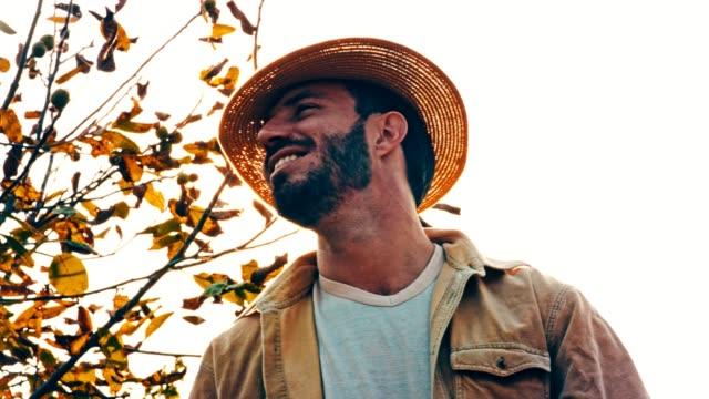 lächelnd mann mit hut im freien - ein mann allein stock-videos und b-roll-filmmaterial