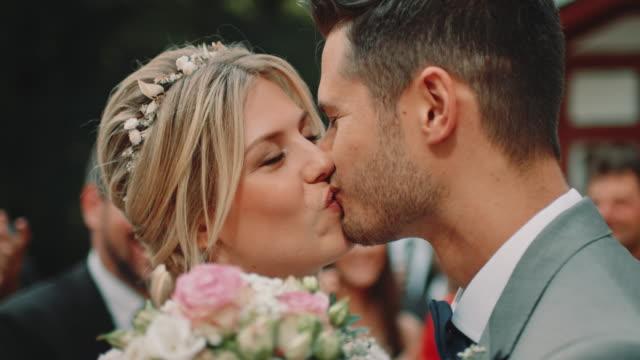 vídeos y material grabado en eventos de stock de pareja casada sonriente besándose en la ceremonia - novia relación humana