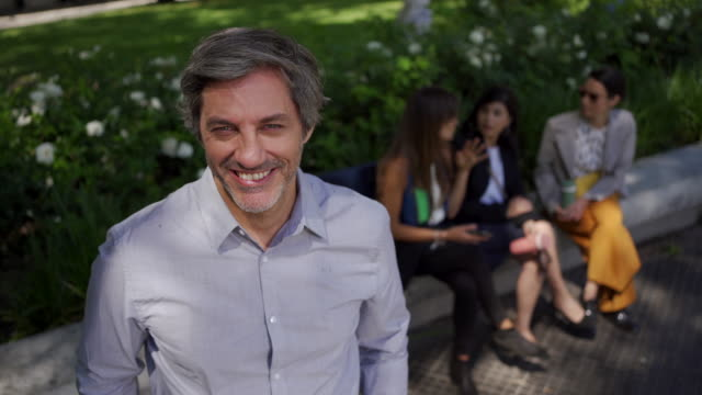 uomo d'affari maturo sorridente - persona attraente video stock e b–roll