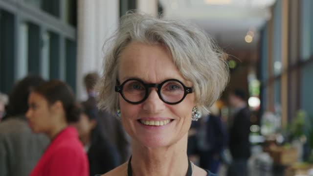 vídeos de stock e filmes b-roll de smiling mature businesswoman with short gray hair - retrato formal