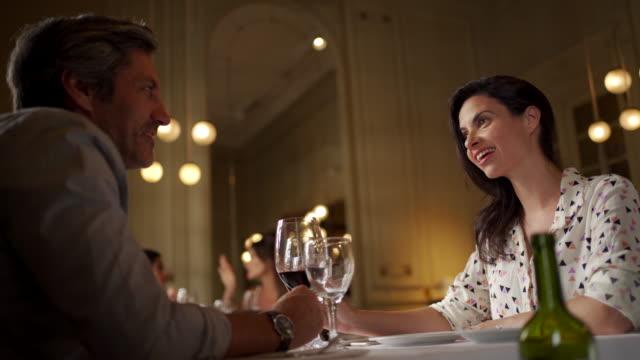 vidéos et rushes de couples mûrs de sourire appréciant un bon vin au dîner - 40 44 ans
