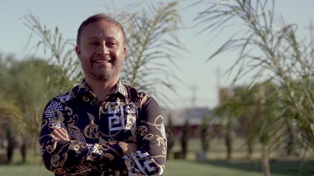 vídeos de stock e filmes b-roll de smiling mature hispanic man looking at the camera - só homens maduros