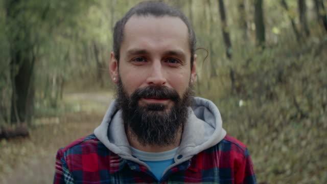 Lächelnde Mann stehend im Wald