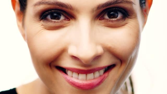 stockvideo's en b-roll-footage met glimlachend midden-oosters etniciteit vrouw gezicht huidverzorging. blazen glitter - breekbaarheid