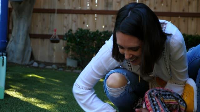 ms r/f smiling mother playing with young daughter in backyard - 30 34 ��r bildbanksvideor och videomaterial från bakom kulisserna