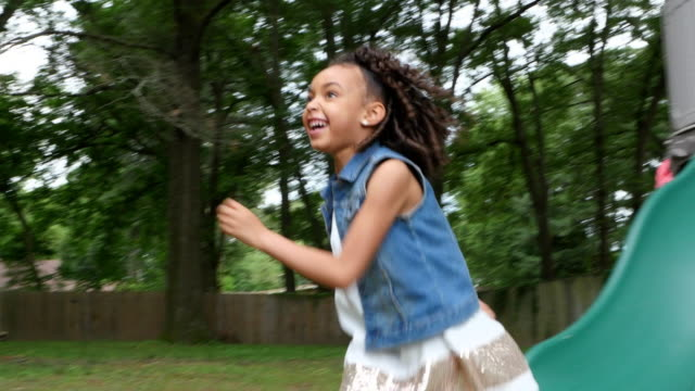 vídeos de stock e filmes b-roll de ms pan zi smiling mother watching kids on play set in backyard of home - família com quatro filhos