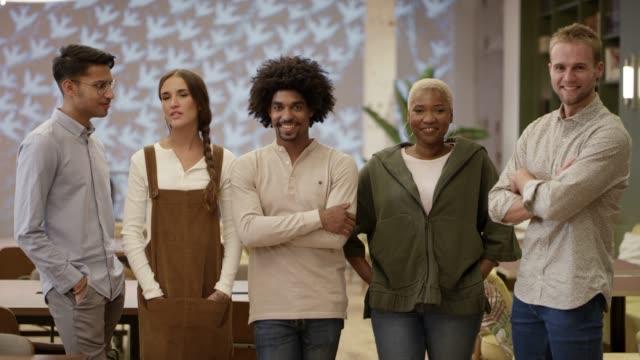 lächelnde multiethnische kollegen im amt - dreiviertelansicht stock-videos und b-roll-filmmaterial