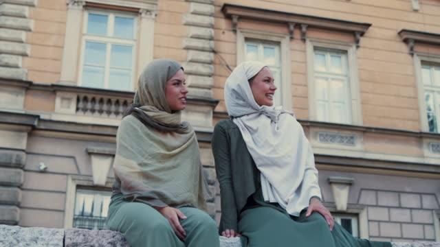 vídeos de stock, filmes e b-roll de mulher muçulmana, aproveitando o dia a sorrir - vestuário modesto