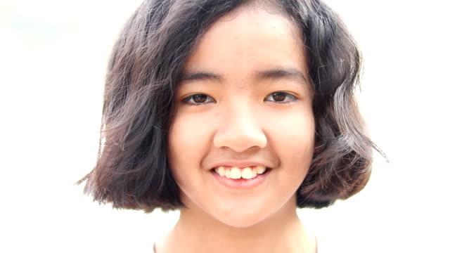 女の子ヘッドショットの笑顔 - 10歳から11歳点の映像素材/bロール