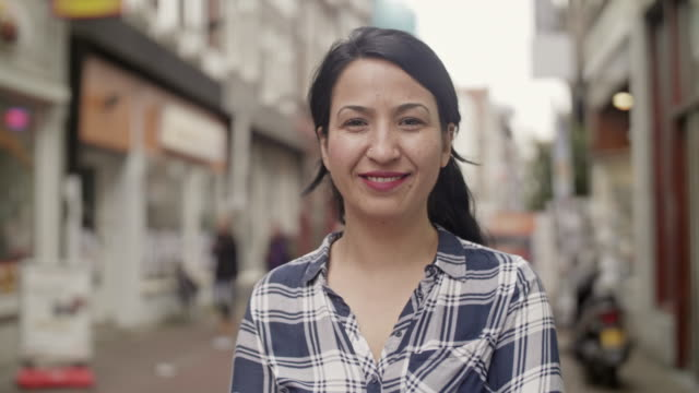 stockvideo's en b-roll-footage met lachende mensen video headshots - multi ethnic group