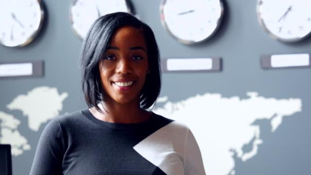 vídeos de stock e filmes b-roll de ms smiling portrait of businesswoman in high tech office - feito pelo homem