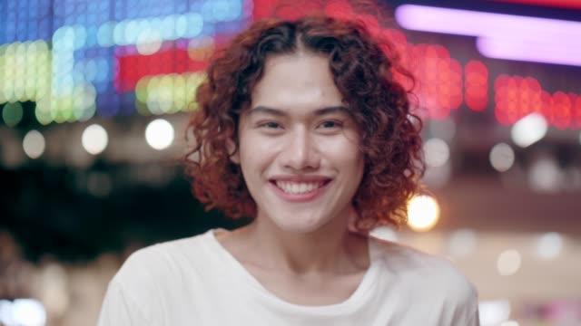 女性ストックビデオのような服を着たクロスドレッシング男の笑顔の肖像画 - 固定観念点の映像素材/bロール
