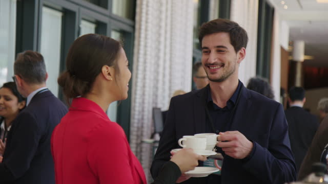 lächelnde profis sprechen beim kaffee - unterhaltungsveranstaltung stock-videos und b-roll-filmmaterial