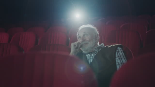 vidéos et rushes de hommes aînés de sourire dans le cinéma - solitude
