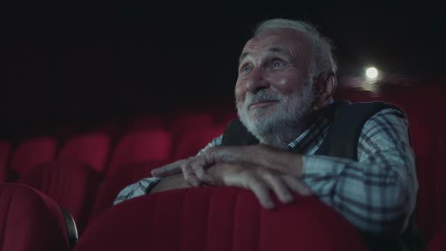 vídeos de stock, filmes e b-roll de homens sênior de sorriso no cinema - enjoyment