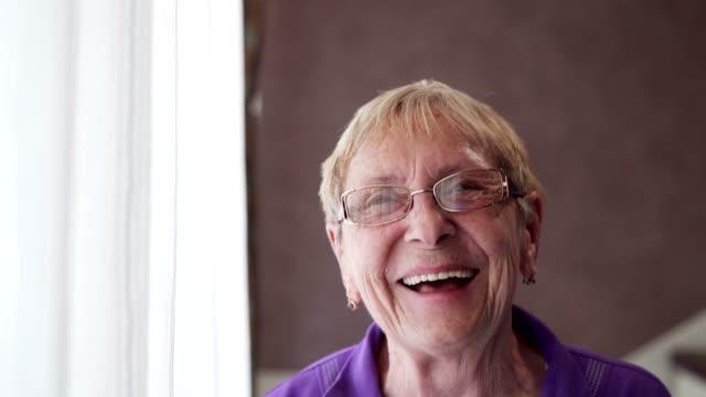 vídeos y material grabado en eventos de stock de mujer mayor sonriente - mujeres mayores