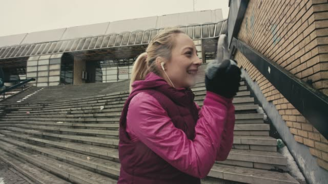 lächeln sportswoman - ohrenschützer stock-videos und b-roll-filmmaterial
