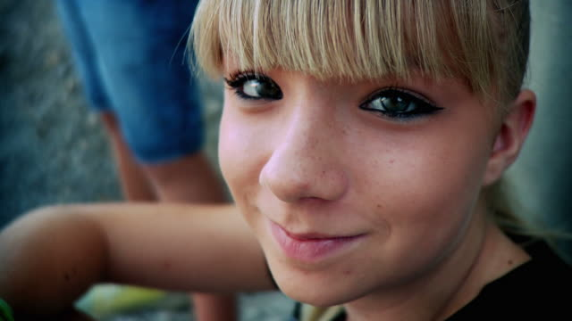 stockvideo's en b-roll-footage met hd: smiling teenage girl - tienermeisjes