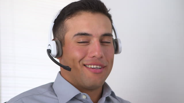 vídeos y material grabado en eventos de stock de smiling telemarketer - call center latino