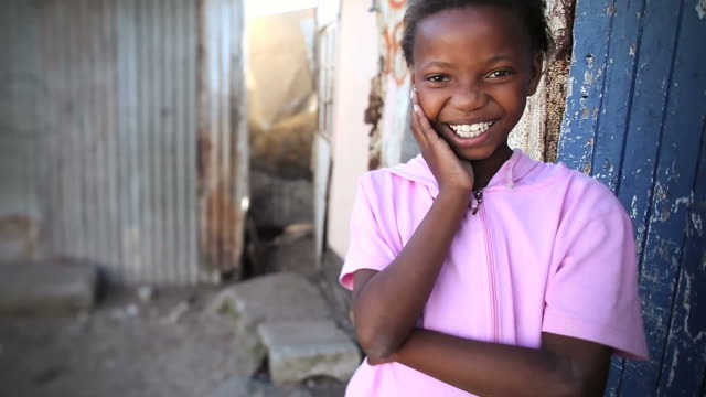 stockvideo's en b-roll-footage met smiling township girl portrait - meisjes