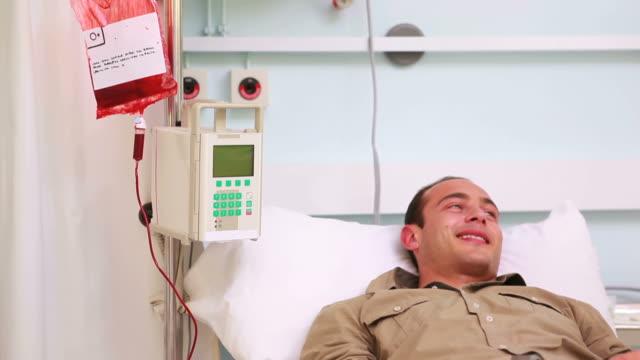 vídeos y material grabado en eventos de stock de smiling transfused patient - recibir
