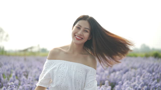 自然に微笑む - 白のドレス点の映像素材/bロール