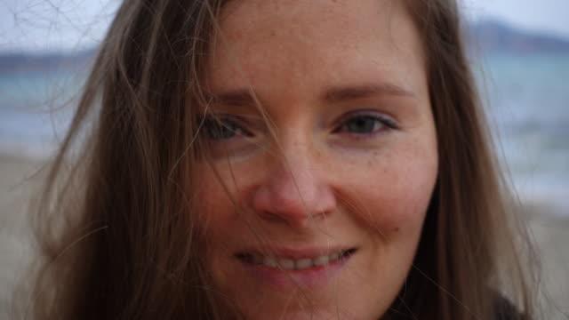 vídeos y material grabado en eventos de stock de smiling woman at beach. - tipos de piel