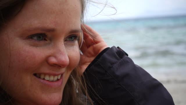 vídeos y material grabado en eventos de stock de smiling woman at beach. - una mujer de mediana edad solamente