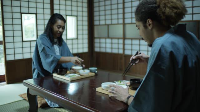stockvideo's en b-roll-footage met glimlachende vrouw eten met vriendje in de traditionele japanse ryokan - ryokan