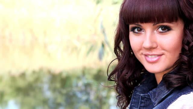 vídeos de stock, filmes e b-roll de mulher sorridente no parque - batom rosa
