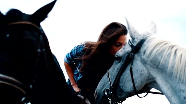 vídeos de stock, filmes e b-roll de beijo de mulher sorridente e de animais cavalo branco - pet clothing
