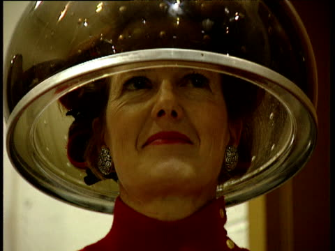 stockvideo's en b-roll-footage met smiling woman sits under hairdryer washington d.c - gekruld haar