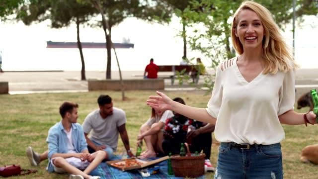 vidéos et rushes de femme de sourire parlant dans le stationnement - panier pique nique