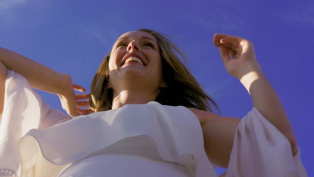 vidéos et rushes de smiling woman - châle
