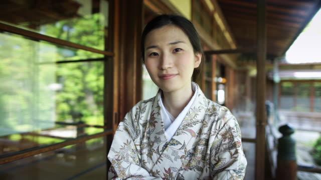 smiling woman wearing kimono - 正面から見た図点の映像素材/bロール