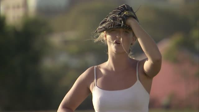vídeos y material grabado en eventos de stock de cu, smiling woman with baseball glove in park, sydney, australia - sófbol