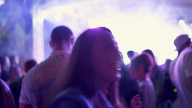 vídeos de stock e filmes b-roll de smiling women dancing at the music concert - film festival