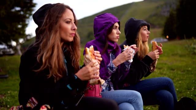 vidéos et rushes de femmes souriantes repas dans la nature - tourisme vert