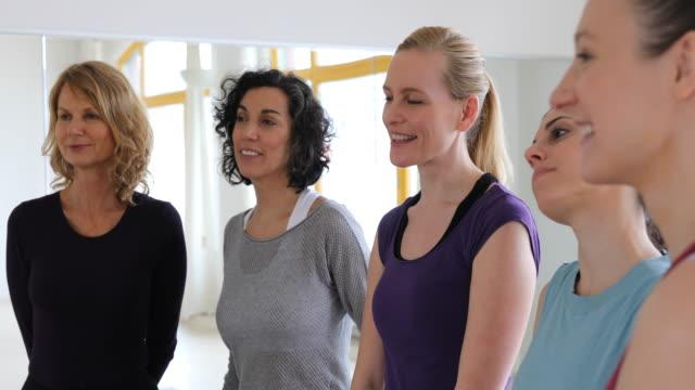 vídeos y material grabado en eventos de stock de mujeres sonrientes escuchando en health club - amistad femenina