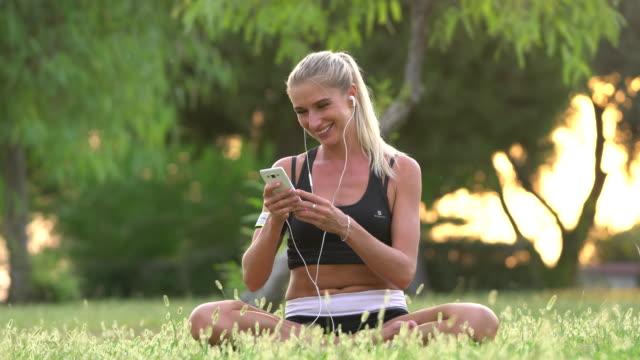 vídeos de stock e filmes b-roll de smiling women selfi and enjoying the music among nature - leitor de mp3