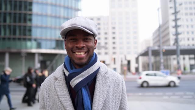 lächelnde junge afrikanisch-amerikanischer geschäftsmann - elegante kleidung stock-videos und b-roll-filmmaterial