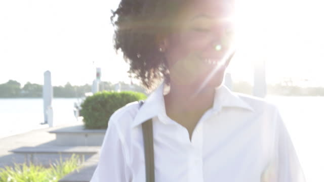 vidéos et rushes de cu smiling young businesswoman walking towards camera. - d'origine africaine
