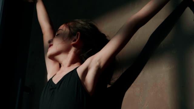 vidéos et rushes de ballerine de jeune fille de sourire déplaçant des mains avec l'ombre tout en pratiquant dans le studio-suivez votre coeur et votre rêve - une seule petite fille