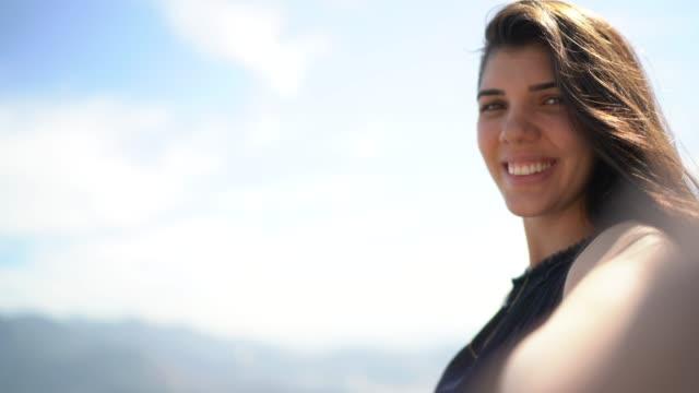 Glimlachende jonge vrouw het nemen van een selfie in Rio de Janeiro