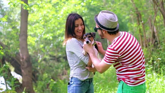 vidéos et rushes de smilling devenir plus jeunes en laughy jeu avec un chiot - terrier jack russell