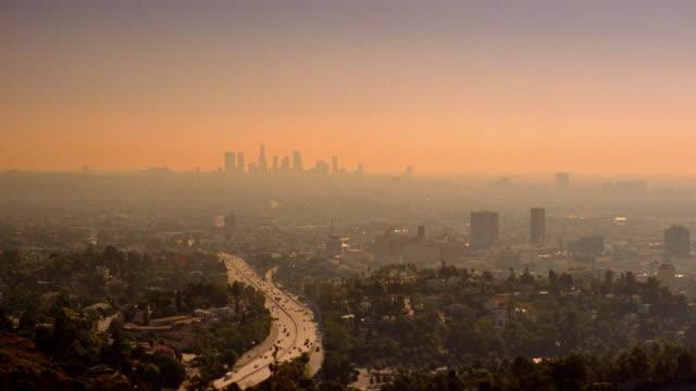 stockvideo's en b-roll-footage met smog covers the los angeles skyline. - smog