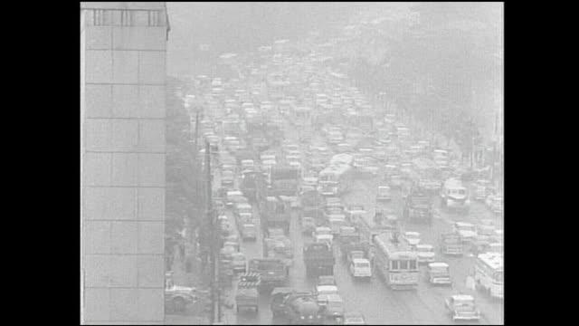 smog partially obscures a traffic jam on hibiya street in tokyo, japan. - 大気汚染点の映像素材/bロール
