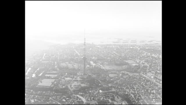 smog restricts visibility from the tokyo tower's observation deck. - 大気汚染点の映像素材/bロール