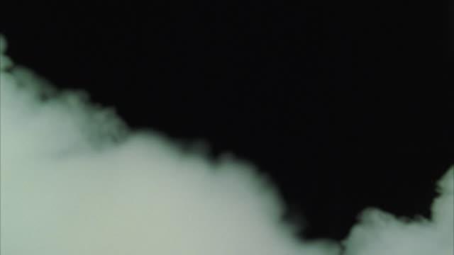 vidéos et rushes de cu smoke against dark background - fumée structure physique