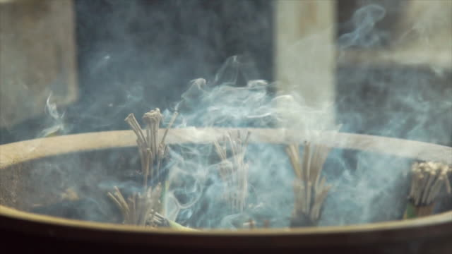 vídeos de stock e filmes b-roll de smoke and incense at shrine - japan - incenso